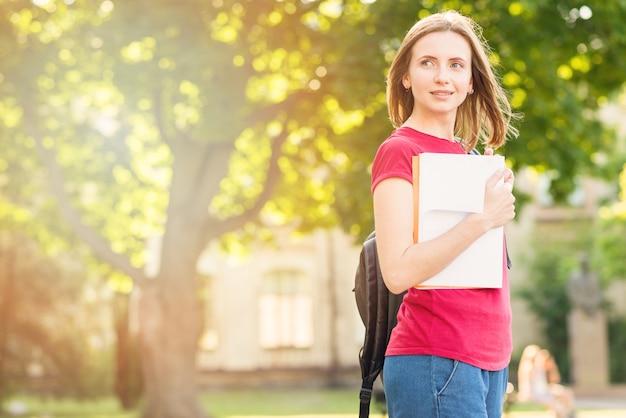 公園で本を持つ女子高生の肖像画