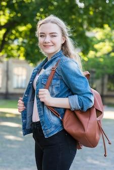 バッグを持つ女子高生の肖像画
