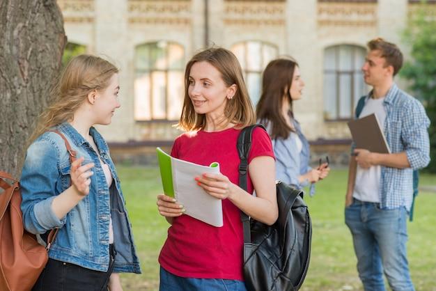 校舎の前で若い学生たちのグループ