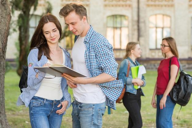 Группа молодых студентов перед зданием школы