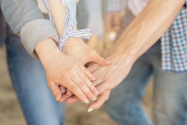 自分の手に触れる学生とチームワークの概念