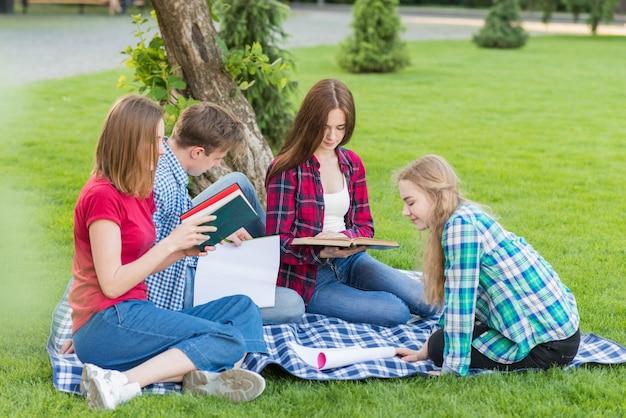 公園で学ぶ若い学生たちのグループ