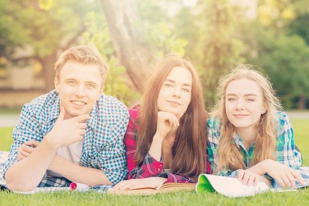 Группа молодых студентов, обучающихся в парке