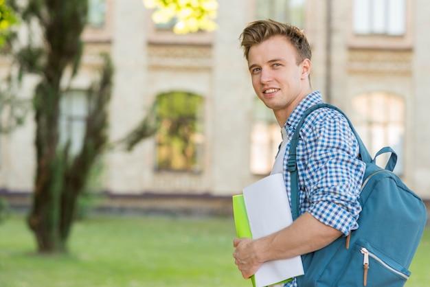 校舎の前で男子生徒の肖像画