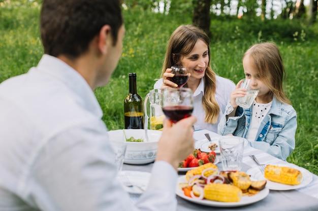 自然の中でピクニックをしている家族
