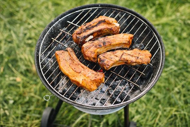自然の中でバーベキューグリルの肉