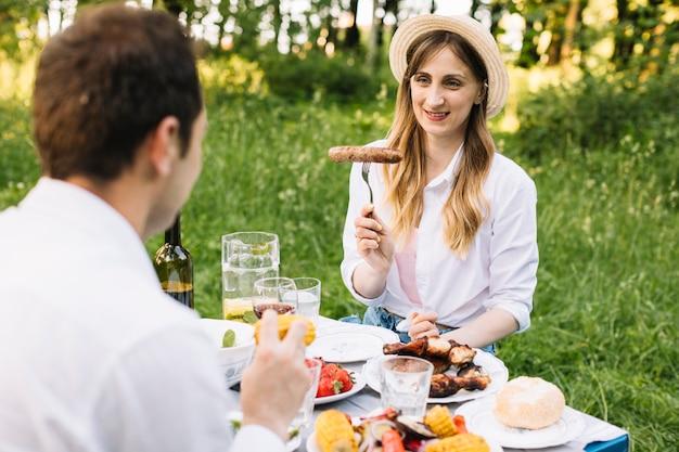 自然の中でロマンチックなピクニックをしているカップル