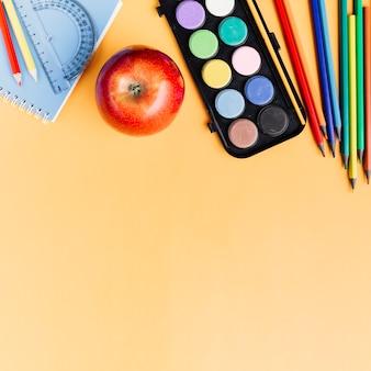 黄色の机の上に散らばって描画ツール