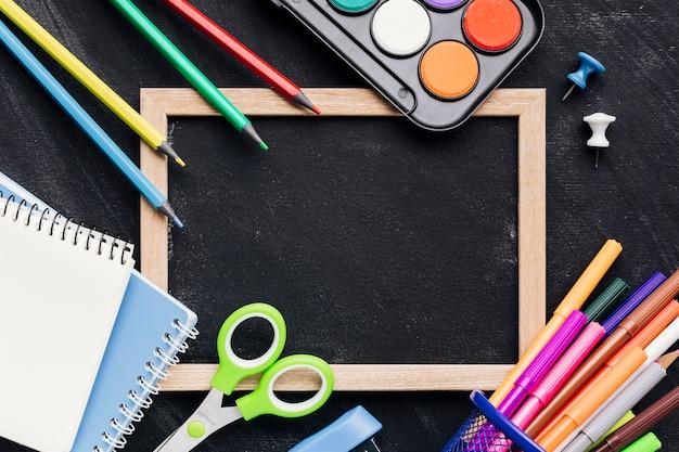 明るい文房具と黒板スレート