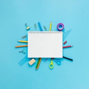 Школьные и офисные инструменты на голубом фоне