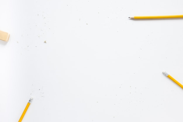 Карандаши и ластик на белом фоне