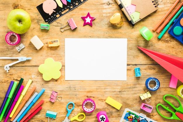Фон листа бумаги и школьных принадлежностей