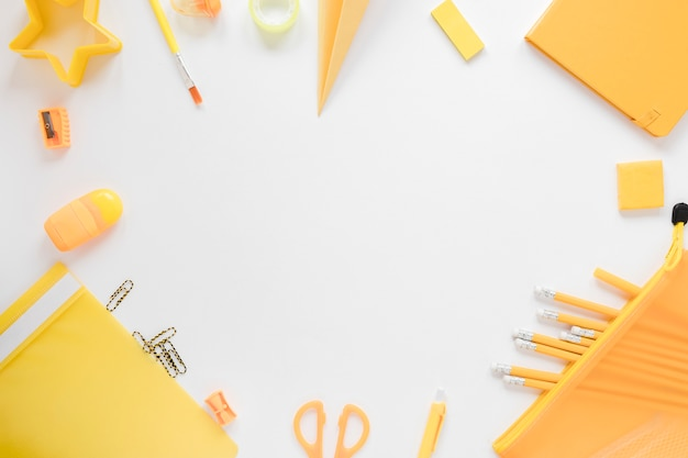 Вид сверху желтых школьных принадлежностей
