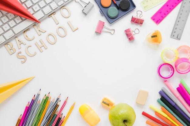 Вид сверху школьных принадлежностей и клавиатуры