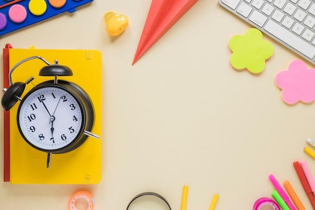 学用品と目覚まし時計のトップビュー