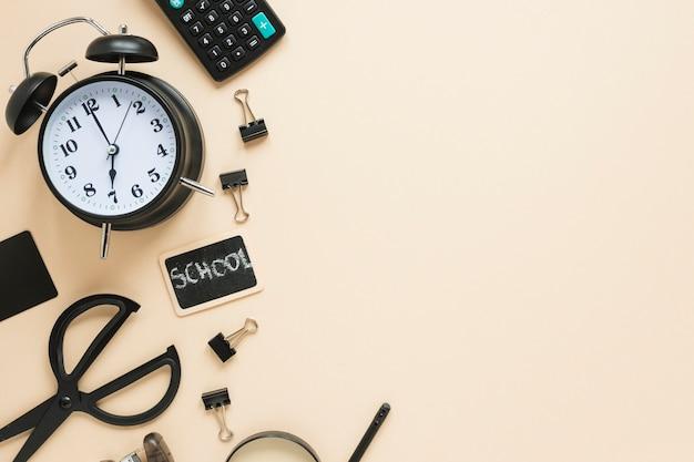 学用品と目覚まし時計の平置き