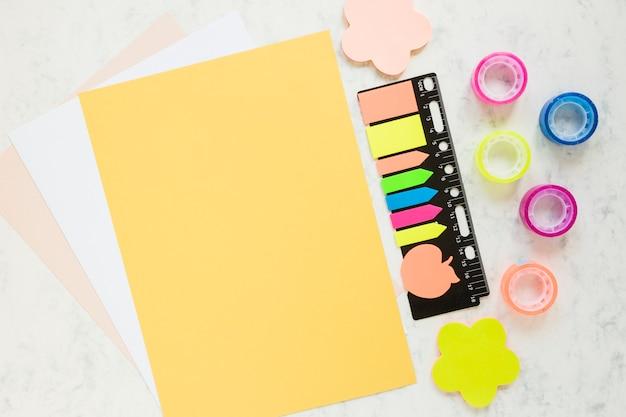Чистые листы бумаги со школьными принадлежностями