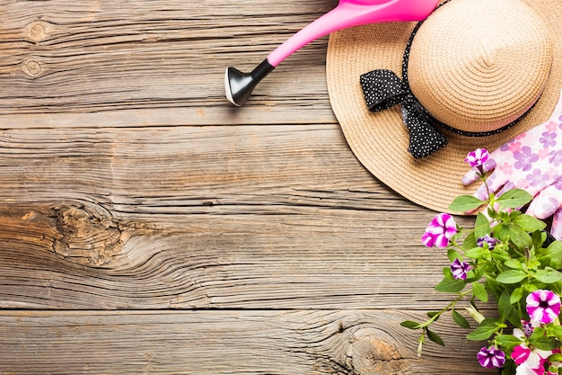 木製の床の園芸工具のトップビュー