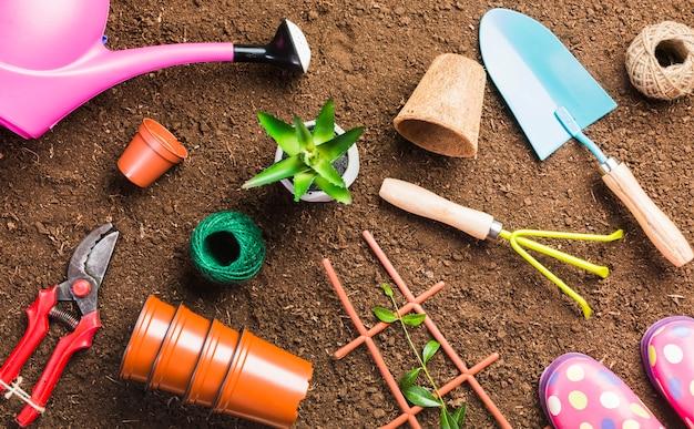 Вид сверху садовых инструментов на земле