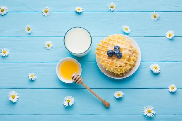 おいしい朝食用のテーブルのフラットレイアウト組成