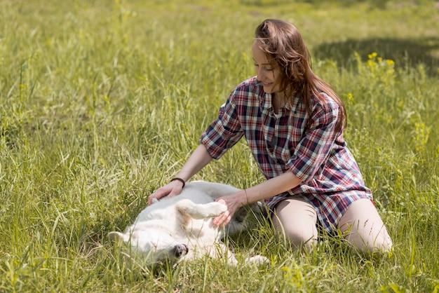 田舎で犬を楽しんでいる女性