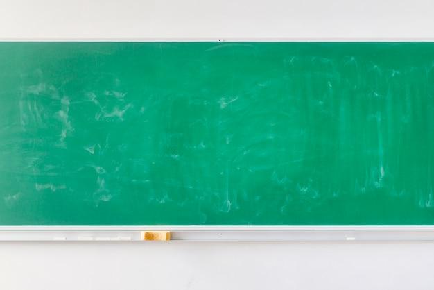 空の学校の緑の黒板