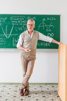 Уверенный в возрасте учитель математики, глядя на класс