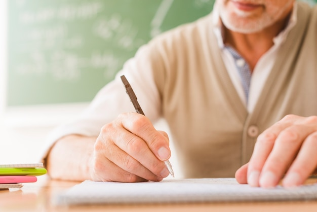 コピーブックで書く高齢の数学教師