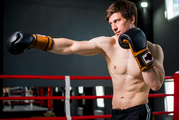 ボクサー少年、ジムでポーズ