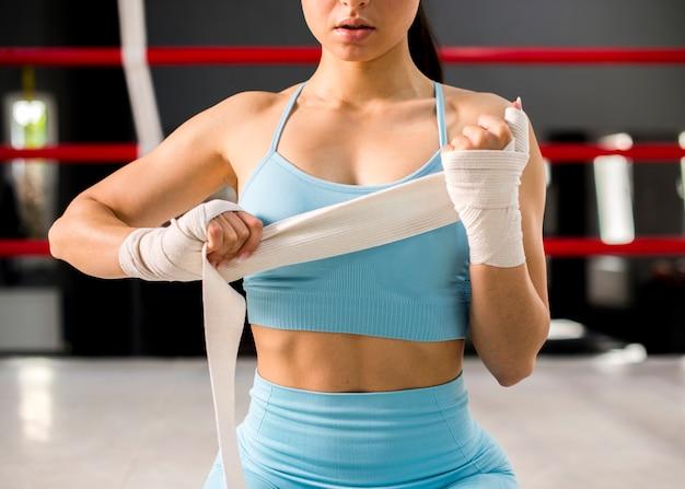 Боксер девушка позирует в тренажерном зале