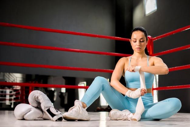 ボクサーの女の子がジムでポーズ
