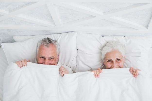 Пожилая пара позирует для фото