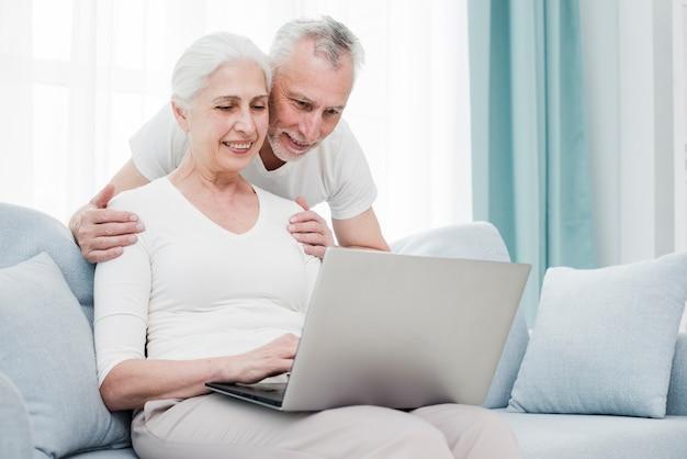ラップトップを使って年配のカップル