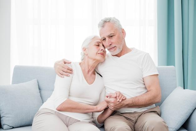 年配のカップルがお互いに愛情深い