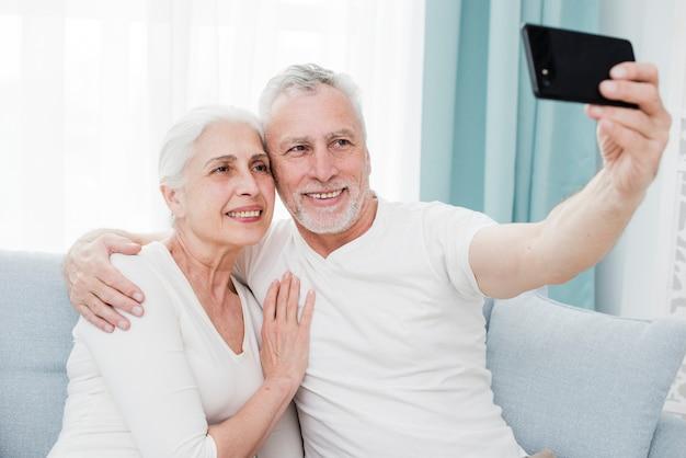 Пожилая пара делает селфи