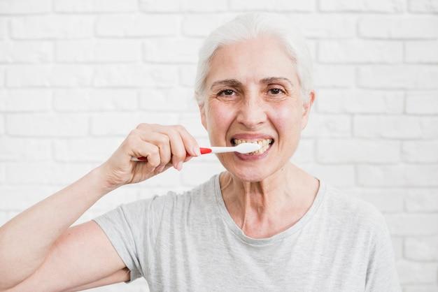 彼女の歯を洗う年配の女性