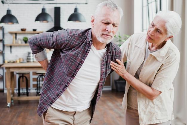 背中の痛みを持つ老人