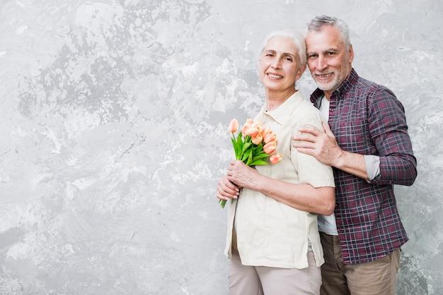 年配のカップルが写真にポーズ
