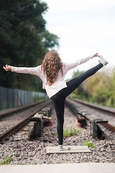 Расслабленная девушка занимается йогой на открытом воздухе