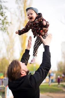 自然の中で子供と父親