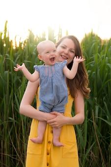 自然の中で子供と一緒に幸せな母
