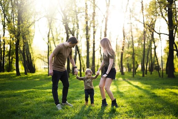 Счастливые родители с ребенком на природе
