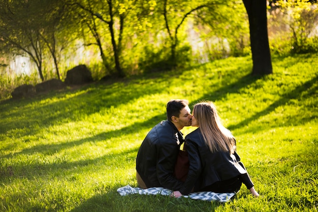 カップルが公園でお互いにキス