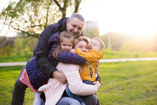 自然の中で子供たちと幸せな親