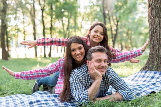 公園で一日を楽しんで幸せな家族