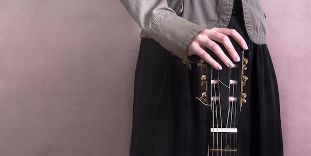 ギターを持つ女性のクローズアップ