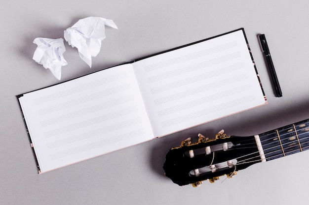音楽ノートの開いた本の平干し