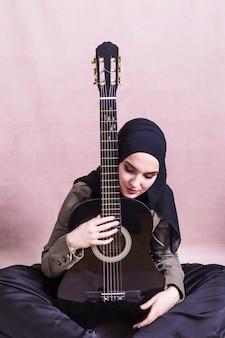 Портрет арабской женщины с гитарой