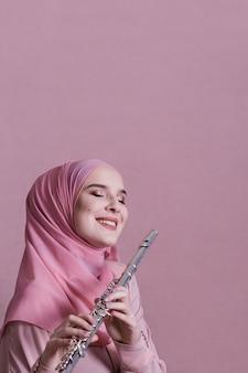 フルートで遊ぶイスラム教徒の女性