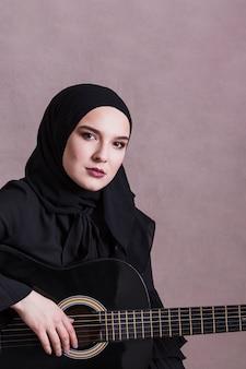 ギターを持つアラブ女性の肖像画